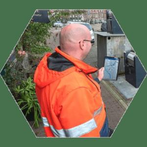 Afvalinzameling Chauffeur met tablet 300x300 - Container Beheer Systeem